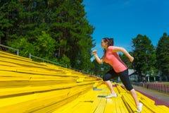 做锻炼的少妇在体育场 免版税库存图片