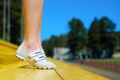 做锻炼的少妇在体育场 库存照片