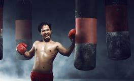 做锻炼的强有力的亚裔男性拳击手 免版税库存图片