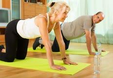 做锻炼的成熟夫妇 免版税库存图片