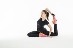 做锻炼的节奏性体操运动员在演播室 免版税库存照片