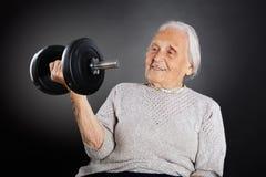 做锻炼的资深妇女 免版税库存图片