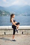 做锻炼的年轻可爱的妇女户外 免版税库存照片