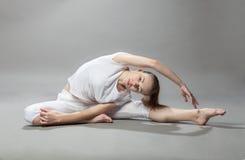 做锻炼的年轻美丽的白肤金发的妇女 免版税图库摄影