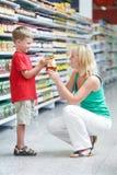 做购物妇女的男孩 免版税库存图片