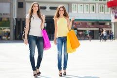 做购物的两个少妇 免版税库存照片