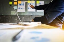 做介绍的商业主管对同事在办公室, 免版税库存图片