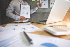 做介绍的商业主管对同事在办公室, 免版税库存照片