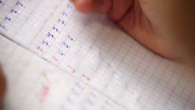 做他的在文字和算术的学生的英尺长度第一步 股票视频