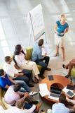做介绍的女实业家对办公室同事 免版税库存照片