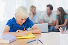 做他的家庭作业的儿子 免版税库存图片