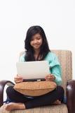 拿着膝上型计算机的美丽的年轻少年女孩 库存图片