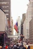 做他们的方式下来东部第42条街道的Edestrians在曼哈顿, NY 免版税库存图片