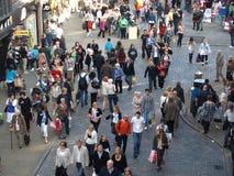 做他们的方式的许多繁忙的人通过市中心在晴朗的星期六 免版税库存图片
