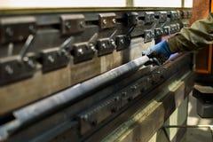 做他的焊工在重工业植物的工作 库存照片