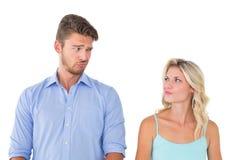 做傻的面孔的年轻夫妇 库存图片