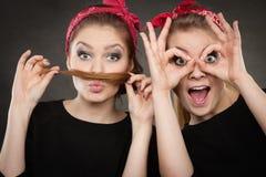 做滑稽的面孔的减速火箭的女孩的疯狂的别针 免版税库存照片