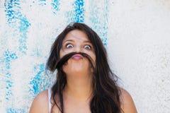 做滑稽的面孔的妇女 免版税库存照片