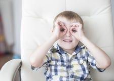 做滑稽的面孔的快乐的行为似男孩的姑娘 图库摄影