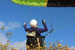 做滑翔伞的女孩 免版税库存图片
