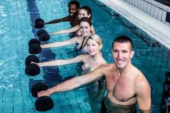 做水色有氧运动的健身小组 免版税库存照片