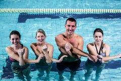 做水色有氧运动的健身小组 免版税库存图片