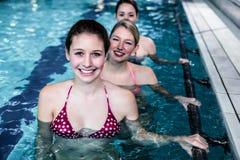 做水色有氧运动的女性健身类 免版税图库摄影