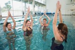 做水色有氧运动的微笑的女性健身类 免版税图库摄影