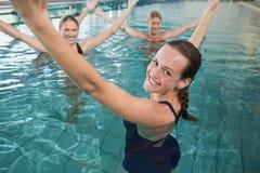 做水色有氧运动的微笑的女性健身类 免版税库存照片