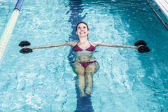 做水色有氧运动的微笑的适合的妇女 库存照片