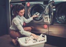 做洗衣店的妇女在洗衣店商店 库存图片