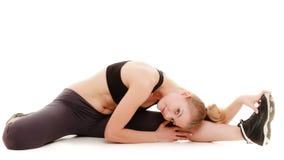 做年轻运动的女孩舒展被隔绝的锻炼。健康生活方式 免版税图库摄影