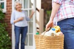 做年长邻居的人购物 免版税库存图片
