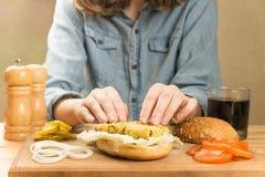 做素食主义者汉堡 库存图片