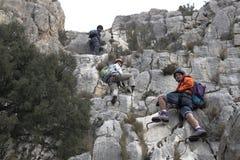 做a的三名登山家通过ferrata 免版税库存图片