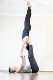 做acro瑜伽或对的男人和妇女室内瑜伽 免版税库存照片