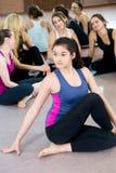 做asana matsiendrasana,鱼Po的半阁下的信奉瑜伽者女孩 图库摄影