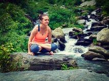做Ashtanga Vinyasa瑜伽胳膊平衡asana Tolasana的妇女 库存图片