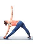 做Ashtanga Vinyasa瑜伽asana的年轻人适合的妇女 免版税库存图片
