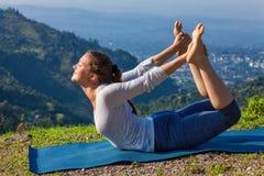 做Ashtanga Vinyasa瑜伽asana Dhanurasana的妇女-鞠躬姿势 库存图片