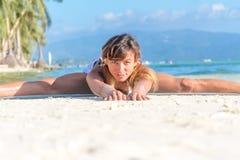 做bodyflex,健身,体育锻炼的少妇  免版税库存图片