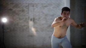 做capoeira锻炼的年轻运动人-转过来和举的腿-他然后重复移动 股票视频