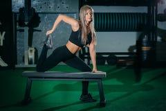 做crossfit锻炼的Bonde妇女在健身房 Crossfit 免版税图库摄影