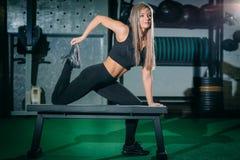 做crossfit锻炼的Bonde妇女在健身房 Crossfit 免版税库存照片