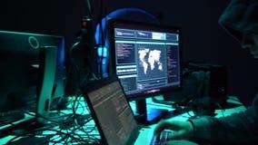 做cryptocurrency欺骗的黑客使用病毒软件和计算机接口 Blockchain cyberattack,ddos和 影视素材