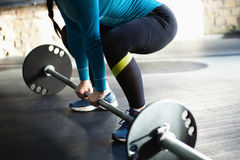 做deadlift的健身房的肌肉妇女 库存图片