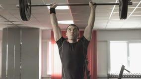 做deadlift锻炼的年轻人在健身房 免版税图库摄影