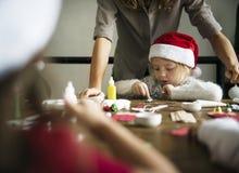 做DIY项目的圣诞老人帽子的女孩 免版税库存图片