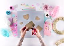 做diy项目 编织的装饰 工艺工具和供应 季节家情人节装饰 免版税库存照片