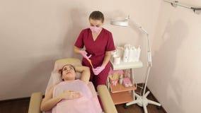 做epilation腋窝的温泉沙龙的职业妇女使用糖 ?? 影视素材